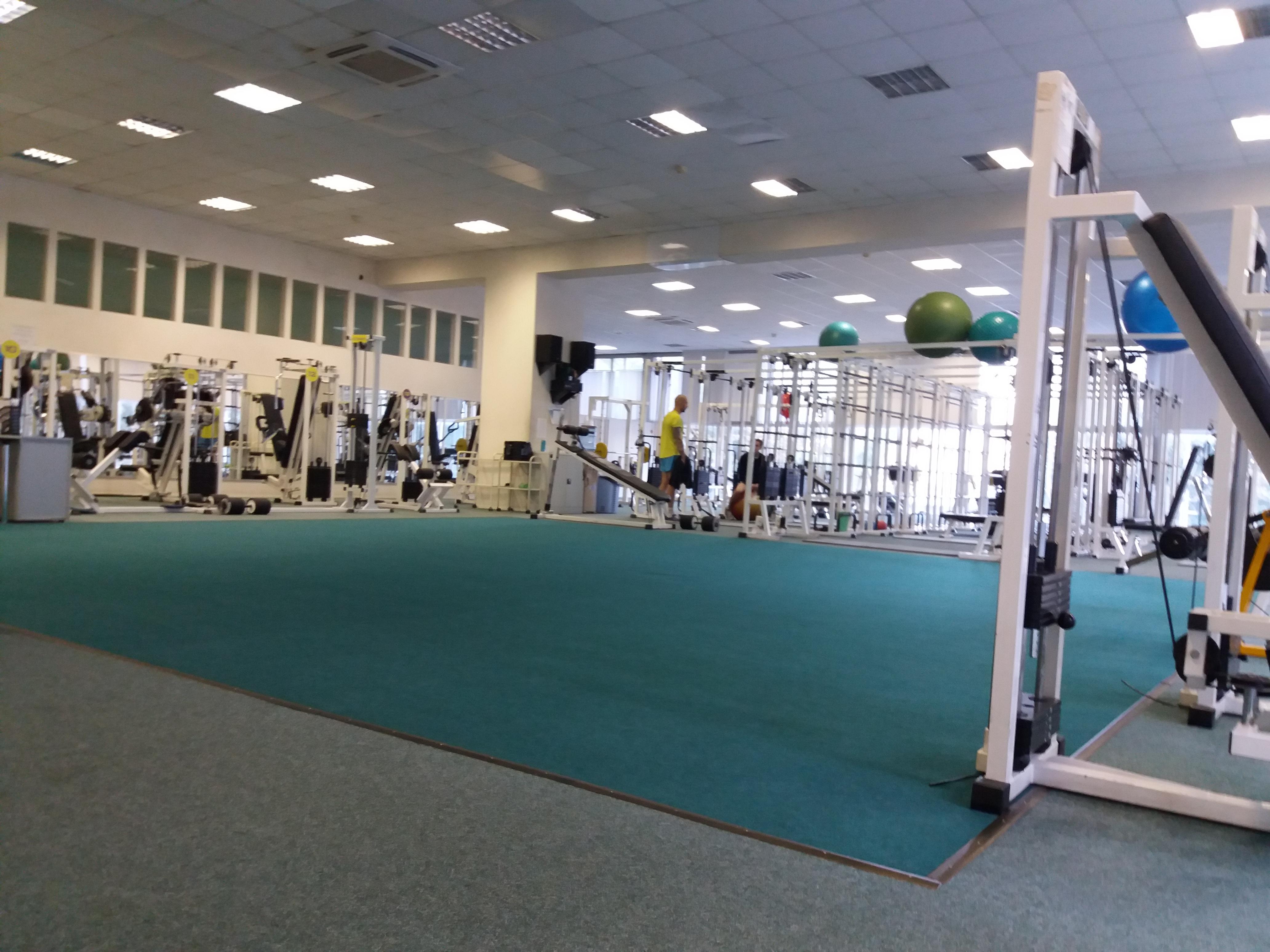 Тренажерный зал белый в оздоровительном центре реабилитации и кинезиотерапии в Сокольниках в Москве. Фото.
